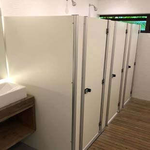 Encontre as divisórias sanitárias lisas com as melhores condições de mercado