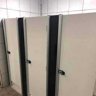 Descubra quais são os benefícios de adquirir divisórias sanitárias para banheiros coletivos