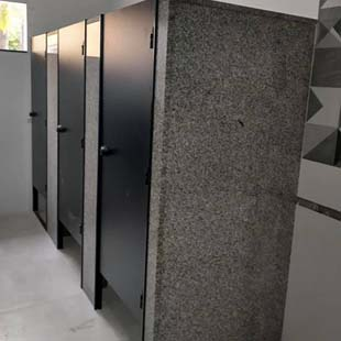 Encontre qualidade e o melhor preço em divisórias sanitárias para shopping com a empresa ideal