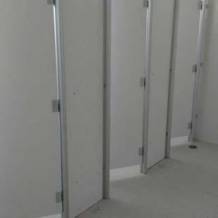 Buscando por um preço acessível em divisórias sanitárias para teatros?