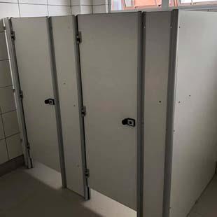 Encontre aqui uma empresa de divisórias para sanitários que entende do assunto